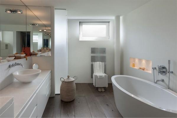Ansicht eines Badezimmers mit Kellerfenster