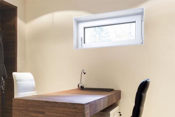 Ansicht eines Büros im Keller mit Dreh-Kippfenster im Hintergrund