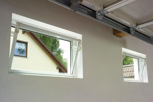 Ansicht von zwei Kippfenstern in einer Garage