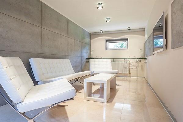 Ansicht einer Lounge im Keller mit Dreh-Kippfenster