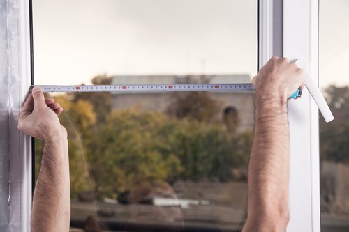 Detailansicht der Maßermittlung eines Kellerfensters