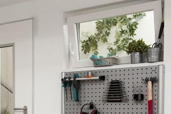 Ansicht eines Werkraumes mit Dreh-Kippfenster