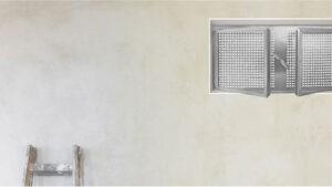 Ansicht eines zweiflügeligen Stahlkellerfensters vor einer verputzten Wand